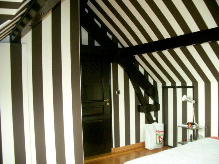 Rénovation de chambre avec papier peint noir et blanc